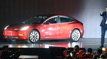 Tesla-Chef Elon Musk stellte den günstigeren Tesla Model 3 bereits 2017 vor.