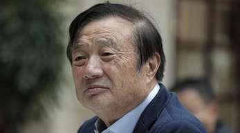 Ren Zhengfei, Gründer des Unternehmens Huawei, beantwortet Fragen von Journalisten während eines Roundtable-Meetings.
