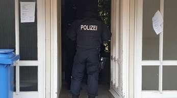 Ein Polizist während des Einsatzes in Dithmarschen.