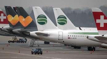 Flugzeuge der Fluggesellschaft Germania (2. und. 3.v.r.) stehen auf dem Flughafen in Düsseldorf auf dem Vorfeld.