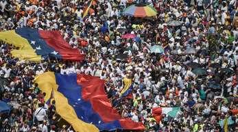 Anhänger der Opposition nehmen am 2. Februar an einer Kundgebung gegen die Regierung des venezolanischen Präsidenten Nicolas Maduro in Caracas teil und unterstützen den selbsternannten Interimspräsidenten Juan Guaido.