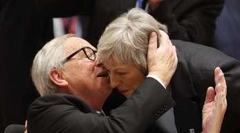 Umarmung ja, nachverhandeln nein: EU-Kommisssionspräsiden Jean-Claude Juncker begrüßt die britische Premierministerin Theresa May bei einem EU-Gipfel.