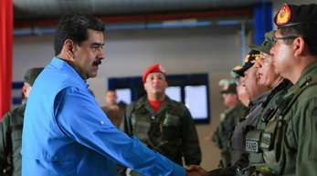 Nicolas Maduro schüttelt einem Soldaten die Hand. Maduro kann auf die Rückendeckung des mächtigen Militärs setzen.