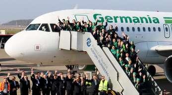 Mitarbeiterinnen und Mitarbeiter der insolventen Fluggesellschaft Germania haben sich für ein Abschiedsfoto am Airport Nürnberg zusammengefunden.