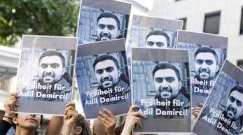 In Köln demonstrieren die Menschen für eine Freilassung Demirci's.