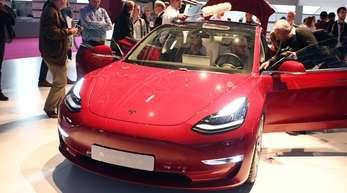 Zu Beginn der Reservierungen hatte Tesla noch ein Massenmodell für 35.000 Dollar in Aussicht gestellt. Bislang liefert das Unternehmen aber teurere Versionen aus, um die vom schwierigen Produktionsanlauf angegriffenen Finanzen aufzubessern.
