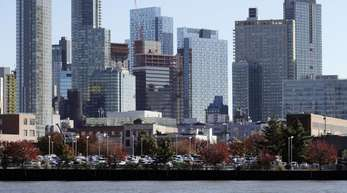 Die Skyline und Wasserfront von Long Island City im New Yorker Stadtteil Queens. Hier hatte Amazon erwogen einen Hauptsitz zu eröffnen.