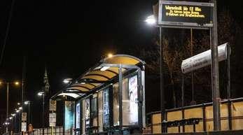 Auf der Informationstafel einer Haltestelle wird auf den Warnstreik der Beschäftigten der Berliner Verkehrsbetriebe (BVG) hingewiesen.