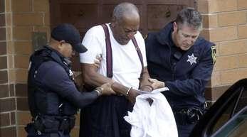 Bill Cosby wird nach seiner Verurteilung in Handschellen aus dem Gericht geführt.