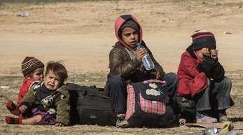 Vor den Kämpfen gegen die Terrormiliz Islamischer Staat (IS) geflüchtete Kinder bei Al-Baghus inSyrien.