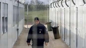 Ein ungarischer Polizist patrouilliert in einer «Transitzone» für Asylsuchende an der Grenze zu Serbien.