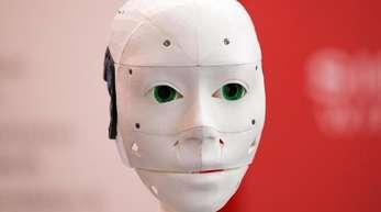 Ein humanoider Roboter aufgenommen auf der IT-Messe CeBIT 2018:Weltweit führend bei der KIsind die USA und China mit Unternehmen wie Google, Amazon, Facebook, Apple, Alibaba oder Huawei.