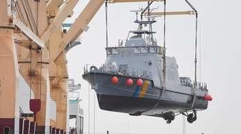 Ein Küstenschutzboot für Saudi-Arabien wird im Hafen auf ein Transportschiff verladen. Die Bundesregierung hatte alle Rüstungsexporte in das Königreich gestoppt.