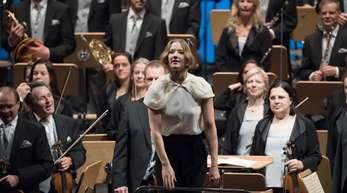 Joana Mallwitz (M) dirigiert das Bayerische Staatsorchester.
