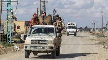 Kämpfer der Syrischen Demokratischen Kräfte (SDF), eine von den USA unterstützte kurdisch geführte Rebellengruppe, patrouillieren während einer Operation zur Befreiung der ostsyrischen Provinz Deir Ezzor im vom IS kontrollierten Dorf Baghouz.