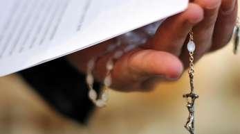 82 Prozent der Befragten sind dafür, den Zölibat abzuschaffen, so dass katholische Priester selbst entscheiden dürfen, ob sie heiraten oder nicht.