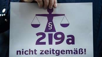Durch die Vereinbarung in der Koalition zu Paragraf 219a sollen Schwangere sich leichter als bisher über die Möglichkeiten einer Abtreibung informieren können.