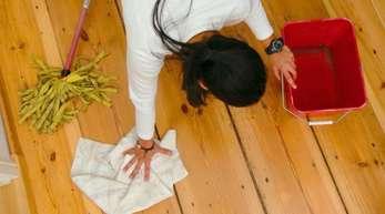 Eine Frau putzt den Fußboden. Haushaltshilfen haben ein Imageproblemen.
