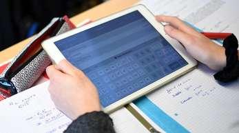 Ein Schüler eines Gymnasiums errechnet eine Gleichung mit einem iPad im Matheunterricht.