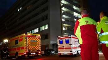 Fahrzeuge der Rettungsdienste stehen nach einem Stromausfall vor dem Krankenhaus in Köpenick.
