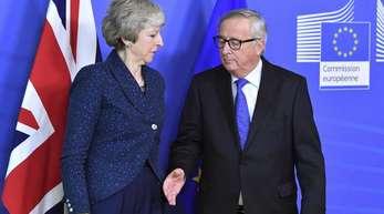 Jean-Claude Juncker (r), Präsident der Europäischen Kommission, empfängt Theresa May, Premierministerin von Großbritannien.