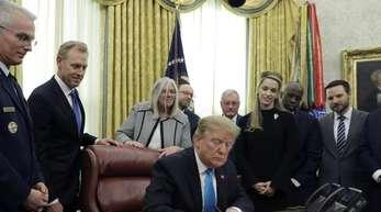 Donald Trump, Präsident der USA, unterzeichnet das «Space Policy Directive 4» im Oval Office des Weißen Hauses.