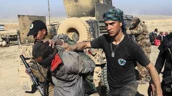 Soldaten einer irakischen Spezialeinheit haben in Mossul einen IS-Kämpfer gefasst.
