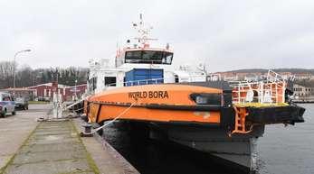 Der Offshore-Versorger «World Bora» liegt nach einem Unfall im Stadthafen von Sassnitz. Die «World Bora» ist wohl frontal in die Steuerbordseite des Frachters «Raba» gefahren.