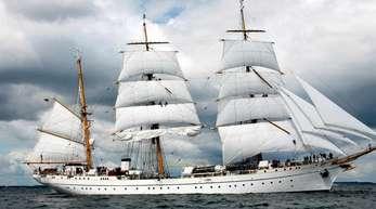 Das Schulschiff der Marine, die «Gorch Fock», läuft unter Segeln über die Kieler Förde.