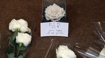 Weiße Rosen für Karl Lagerfeld vor der Chanel-Zentrale in Paris.