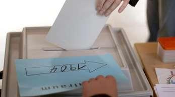 Der Zweite Senat monierte einen Verstoß gegen den Grundsatz der Allgemeinheit der Wahl nach Artikel 38.