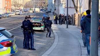 Polizisten stehen an einer Einsatzstelle im Stadtteil Au.