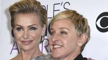 Portia de Rossi und Ellen DeGeneres während einer Preisverleihung.