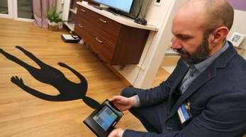 Alexander Karl, Laboringenieur der Fachhochschule Kempten, zeigt in einer Forschungswohnung ein digitales Steuerelement.