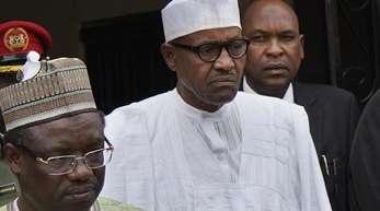 Muhammadu Buhari (M), Präsident von Nigeria, verlässt die Parteizentrale seiner Partei All Progressive Congress (APC) nach einer Notsitzung mit hochrangingen Mitgliedern.
