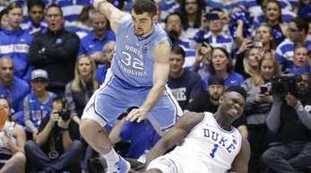 Zion Williamson (r) von Duke University stürzt bei einer Aktion mit North Carolinas Luke Maye während eines NCAA College-Basketballspiels.