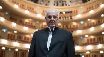 Generalmusikdirektor Daniel Barenboim im Saal der sanierten Staatsoper.