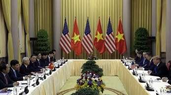 Vor seinem Gipfel mit dem nordkoreanischen Machthaber Kim in Hanoi ist US-Präsident Trump mit dem vietnamesischen Präsidenten Nguyen Phu Trong zusammengekommen.