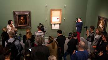 Banksys Bild «Love is in the Bin» (M) zwischen Alten Meistern in der Staatsgalerie Stuttgart.