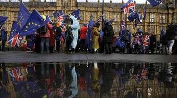 Pro-EU-Demonstranten nehmen mit Fahnen an einer Kundgebung vor dem britischen Parlament teil.