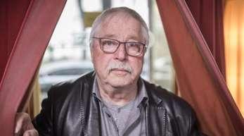 Wolf Biermann nmimt die Demokratie in Schutz.