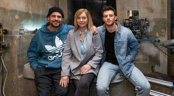 Regisseur Moritz Bleibtreu (l.) und die Schauspieler Nadja Uhl und Jannis Niewöhner bei den Dreharbeiten am Set.