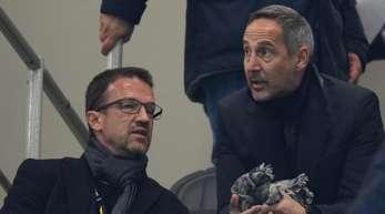 Frankfurts gesperrter Trainer Adi Hütter (r) unterhält sich auf der Tribüne im Guiseppe-Meazza-Stadion mit Sportvorstand Fredi Bobic.