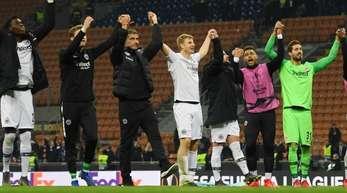 Die Frankfurter Spieler feiern den Einzug in das Europa-League-Viertelfinale.