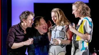 """Alexander Khuon (l-r) als Frank Wheeler, Christoph Franken als Shep Campbell, Kathleen Morgeneyer als Milly Campbell und Maren Eggert als April Wheeler in Zeiten des Aufruhrs"""" am Deutschen Theater."""