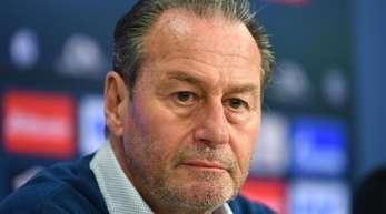 Trainer Huub Stevens erhält einen Vertrag bei Schalke 04 bis zum Saisonende.