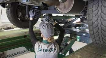 Eine Kfz-Ingenieurin kontrolliert in einer Dekra-Werkstatt ein Fahrzeug. Die Dekra steigt in den Markt der Hauptuntersuchungen in China ein.