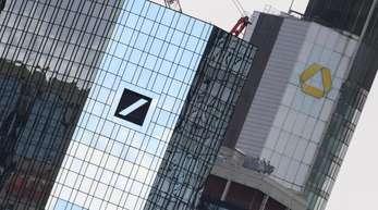 Die Zentralen von Deutscher Bank (l) und Commerzbank in Frankfurt am Main.