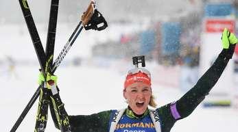 Die deutsche Biathletin Denise Herrmann jubelt im Ziel.