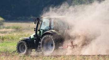 Ein Landwirt pflügt in der Region Hannover. Welche Agrar-Fördergelder der EU künftig fließen, beschäftigt derzeit die EU-Landwirtschaftsminister.